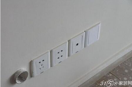 根据电器位置摆放,比如以后安装空调的位置一定要有一个; 三孔/多功能