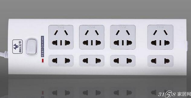 家用防雷插座的必要性。随着生活水平的不断提高,家庭现代化和办公自动化不断发展,各类电器如电视、电脑、音响、空调、数码相机、打印机等大量电器涌入家庭,只要简单的打开或关上开关,就足以产生电涌,从而使您的电脑、音响或其他电器设备降低性能和遭受损害,减少使用寿命。为了进一步满足消费者对高端多功能插座的需求,目前不少商家推出了定位于家庭的多功能家用防雷插座。 电源插座如果要做到防雷,起到保护家用电器的作用,就必须做到消除电涌,为防止电涌摧毁家用电器设备,必须采用科学、有效的防护手段,应对所有处于危险的接口,如信