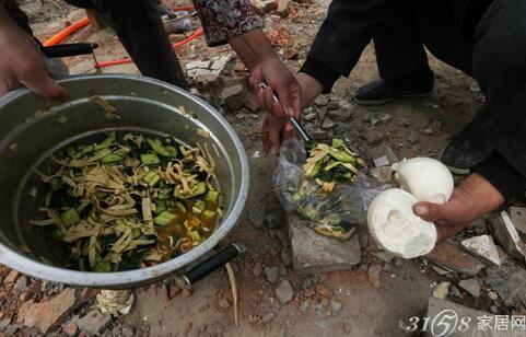 北京工地民工的午饭:塑料袋盛饭 树枝当筷子使用(图)
