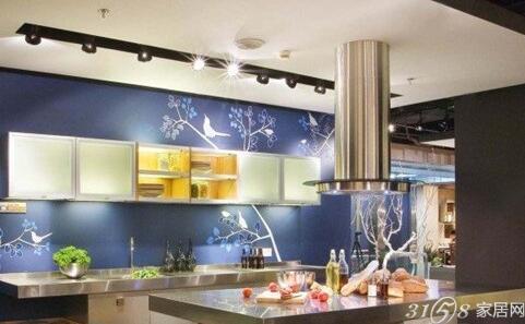银灰色烤漆的橱柜,搭配蓝色花纹的墙面