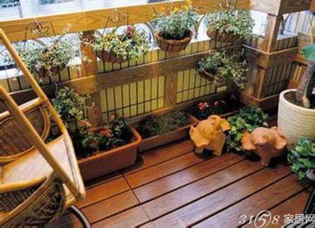 其中,实木木地板装修阳台适用于封闭性能较好的阳台,否则会由于温差和