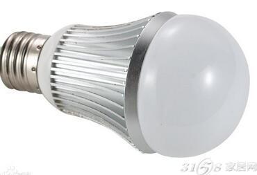 LED照明灯饰即是发光二极管照明灯饰,是一种半导体固体发光器件。它是利用固体半导体芯片作为发光材料,在半导体中通过载流子发生复合放出过剩的能量而引起光子发射,直接发出红、黄、蓝、绿、青、橙、紫、白色的光。LED照明灯饰就是利用LED作为光源制造出