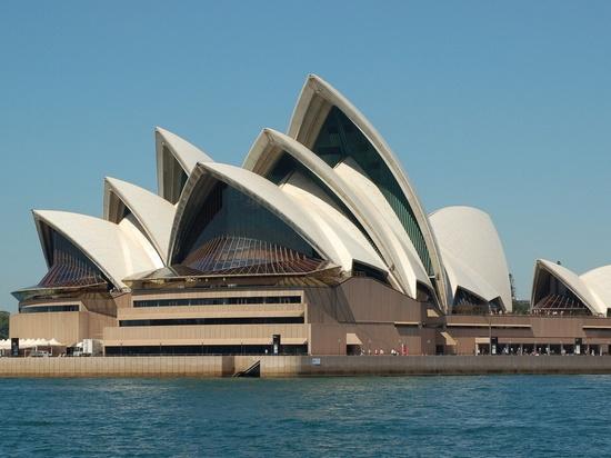 这座建筑位于海安七星湖生态园区东南角,主体为白色,外形上与悉尼