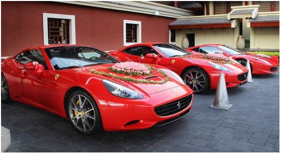 不可否认现在有钱的人多了,中国土豪的婚礼往往震惊世人,让我们来看看土豪的婚车吧,奥迪、宝马都过时了,私人飞机、豪华游艇才是高端大气上档次。不过真心祝愿土豪们炫富的同时也注意一下不要影响他人出行,更不要一不小心从天上掉下来,那可就乐极生悲了。 2011年北京某土豪结婚,动用了上百辆红色奥迪,浩浩荡荡开过长安街 山西煤炭老板婚礼,全部都是法拉利、马萨拉蒂等豪华跑车 而在浙江结婚不租一架直升飞机就真的不算土豪了,还有同时租3架摆队形的