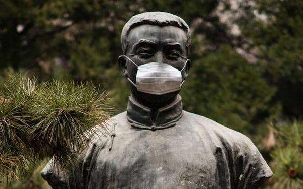 北京严重雾霾北大雕像戴口罩李大钊雕像