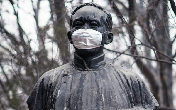 北大校园内的名人雕塑纷纷戴上口罩对抗雾霾