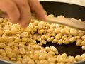 宫保鸡丁用什么花生?宫保鸡丁里的花生米是炸好的吗