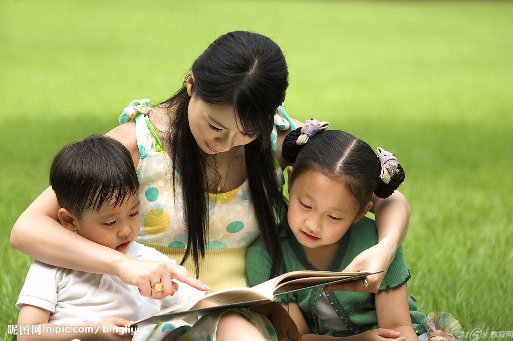 培养心灵美 每个孩子都拥有一颗独特的心灵,每一个心灵都有一扇窗。打开它,照耀它,需要心灵的创意。所以最好的教育就是要帮助每个孩子发现自己成长的可能性,让孩子有灵性地成长,并成长为有灵性有智慧的人。 学校是孩子学习成长的地方,因为孩子的成长是独特而且卓越的,因而又是一种创意的成长。教育者的教育智慧就是要为每个孩子找寻到最有创意的成长密码。值得高兴的是,我们的很多学校就拥有这种教育智慧。比如,有的学校为孩子设定的创意成长密码是做一个善良的人因为善良可以使人的心灵更纯净,与人为善,可以开启人生的美好旅途,并