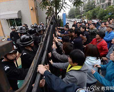 北京通州一幼儿园 遭50多名黑保安打砸