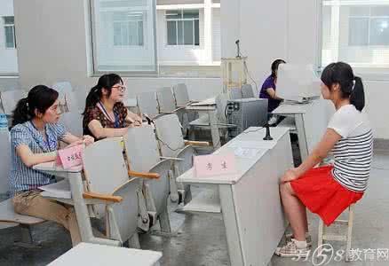 上海高考最后一站 考生集体去星巴克练口语