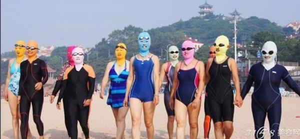 """青岛""""脸基尼""""大妈走红 蒙面引领今夏海滩时尚"""
