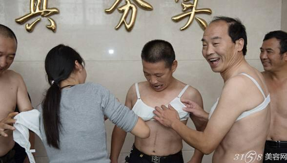 长沙10位男子当众体验乳腺癌患者术后感觉-31