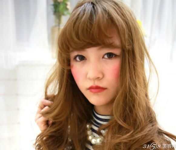 卷发发型,整齐的齐刘海衬托了女生黑亮可爱的小眼睛