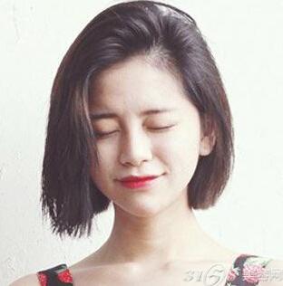 卖萌必备的显嫩齐刘海短发发型,自然的乌黑发丝清新靓丽,内扣的空气感图片