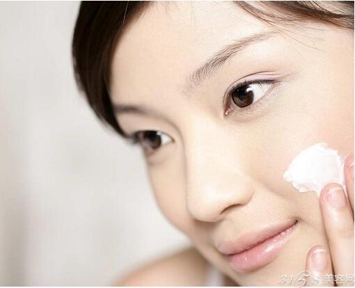 秋季早晚皮肤护理方法:日间护肤 仔细洗脸 外出后回到家里,首先要做的就是洗脸。在日较差严重的季节,皮肤会变得更加敏感、干燥,这时可以使用质感温柔的深层洁面乳,避免使用含有磨砂颗粒的泡沫洗面奶。质感细腻的摩丝型洗面奶是较为理想的选择。 洗脸时应首先使用卸妆油,在整个脸部进行按摩,将化妆品去除。然后尽量使手指不用力,以便减少手指对皮肤的刺激。这是洁面时的要点。 完成一次洁面后,应使用泡沫洗面奶进行二次清洁。这样可以彻底地去除化妆品残留物和废弃物。轻轻按摩后,用温水冲洗干净即可。 基础护理 在化妆棉上倒入适量