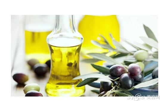 小编分享的橄榄油护发正确步骤实施起来都比较简单,给怕麻烦的美眉们提供了可行的办法。准备好橄榄油一起跟小编来试试吧! 橄榄油护发正确步骤: 1.一般的头发护理很简单,只需在梳头前在梳子上滴上三四滴橄榄油即可,而且不会使头发油腻。 2.往护发素里加几滴橄榄油可以使头发得到深层护理,当在浴缸里泡着的时候把调理后的护发素平滑地梳进发丝里,然后就不用管它了,浴缸里冒出的蒸气会帮助护发素渗透的。 3.