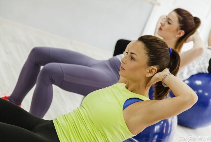 瘦小腹最有效的动作: 一、边收小腹边拍手 瘦腹小动作还是比较多的,首先,我们可以坚持仰卧,尽量保持腰部不动,让大腿垂直于地面,双腿弯屈90离地,收紧上腹部肌肉,双臂伸直放在腿的两侧,并有节奏的做上下挥动的拍打动作,三十次为一组。 需要注意的是,脖子要放松,在做拍打动作的时候,尽量保持腰部和背部都不离开地面,做动作的时候,双腿伸直可以增大运动的难度。这样也能够防止久坐族的大腿脂肪堆积。 二、蜷腿练习 仰卧躺在床上或者平坦的毯子上,慢慢地抬起上身,并用双手抱住左膝,使劲将左腿往头部靠,同时右腿离地,保持这个