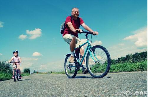 踩自行车压缩血管,使得血液循环加速,                    再加上吸入