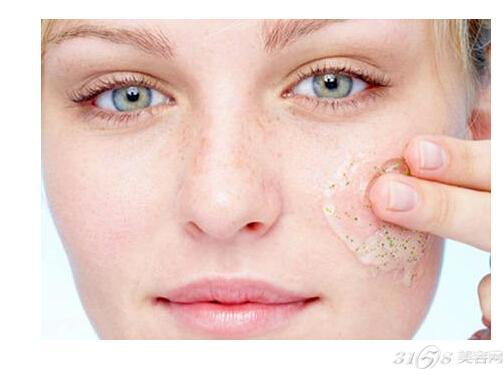 脸部去角质的正确方法: 重复使用去角质化妆水和其他产品 很多品牌的化妆水都同时含有去角质功能,每天使用这样的化妆水已经能让皮肤保持柔软、清透,再进行专门去角质只会让皮肤去角质过度受伤。要提前看清化妆水有没有说明具有去角质作用,可以尝试在洁面后用化妆棉沾化妆水轻轻擦拭皮肤,擦拭后化妆棉上有黄或黑色的脏污,表面这款化妆水已经具有去角质功能,不再需要其他去角质产品了。 去脂力过强的卸妆洁面产品 你是否喜欢用深层卸妆、深层清洁产品,而且还要使劲揉搓面部,不然觉得洗不干净?