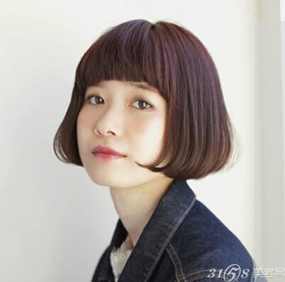 look2 适合的年龄:20岁—25岁 发型类型:内扣短发 虽然短发的长度图片