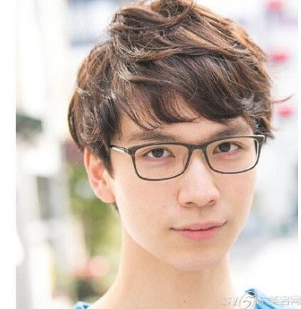 男生戴眼镜适合的发型