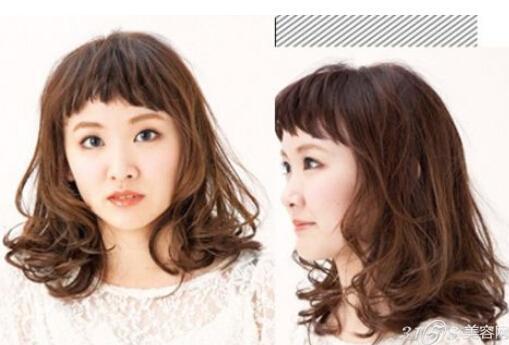 发型看点:简短的露眉刘海的这款齐肩发型不仅清爽露额露脸更是倍添清新感,加上两边犹如摇动的波浪蓬松发尾设计,完美带出一种楚楚动人的无辜感与小可爱的气息。 LOOK3