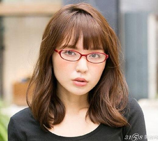 再与大圆框眼镜搭配起来就显得更加俏皮可爱了.
