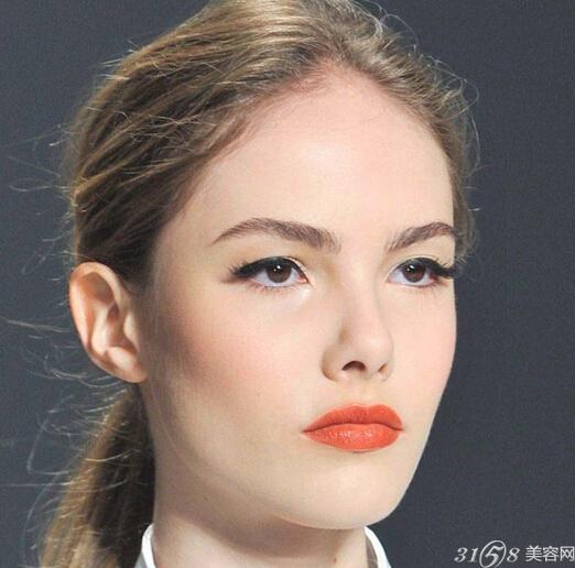 所以灰暗肤色的姐们可涂浅红略带自然红的本色唇膏,因为在对比之下,会