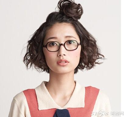 短发刘海上梳造型,尽显女生可爱与俏皮的一面,两边呐蓬松感的烫卷头发
