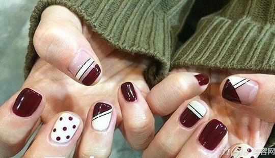 很多妹子都喜欢做红色系的美甲,不管是手指甲还是脚趾甲都非常的喜欢