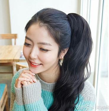 韩式卷发马尾发型 演绎时尚韩范小清新
