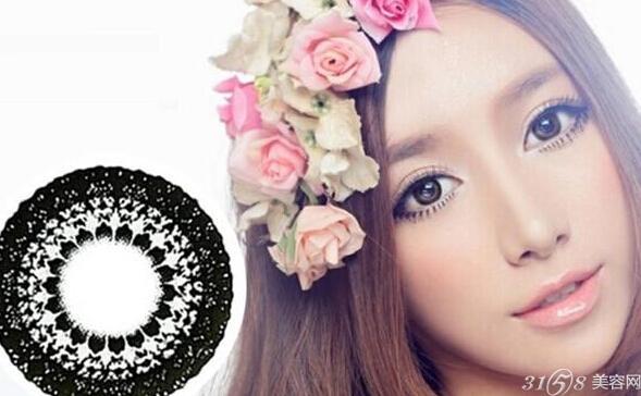 将棕色蕾丝美瞳佩戴在眼睛里,奇异的花纹印在瞳仁本身的颜色上,只剩下