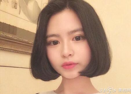 小圆脸妹子最适合中分短发在2017年也很流行,中分设计清爽露额之余还