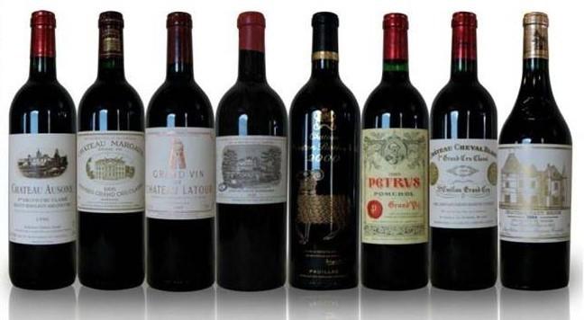波尔多葡萄酒品牌特点 波尔多是全世界最著名的葡萄酒产地,,每当人们提起波尔多时,声音里总是充满了敬畏和崇拜。也许你只是听说波尔多,也许你或多或少了解波尔多的干红葡萄酒,也许你还不知道波尔多的著名就装;但直到今天,波尔多依然充满了神秘的色彩,还有那么多的未知等着我们去破解,还有那么多的美妙等着我们去挖掘。 波尔多位于法国西南地区,其所在的纬度带与我国的长春差不多,但是,由于毗邻大西洋,受大西洋的暖流影响,形成了冬暖夏凉、冬春多雨夏季干燥的独特海洋性气候。与我国所在的大陆性季风性气候相去甚远,所以说,当我们