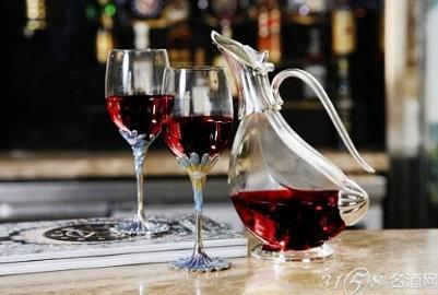 餐厅或宴请礼仪倒酒 (1)将葡萄酒的标签朝上置于白口布上裹着酒瓶
