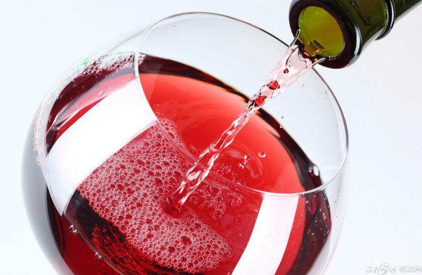 葡萄酒鉴别步骤 看颜色 摇杯看酒泪