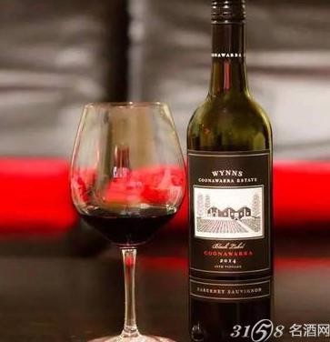 葡萄酒一般拥有成熟的黑加仑,黑樱桃等黑色水果香气,且通常会经过橡木