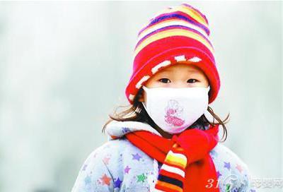 冬季是感冒高发季节,也是呼吸道疾病的高发季节,老人、幼儿的抵抗力较弱更容易患病。近年来,冬季雾霾天气增多,加剧了呼吸道疾病的发生。那么,怎样才能让疾病原来宝宝呢?其实方法很简单,雾霾天气出门时给宝宝戴上口罩,就额可以有效降低宝宝患呼吸道疾病的概率。 宝宝防雾霾 出门戴口罩 有报告指出,5岁以下的幼儿,33%以上的疾病是由环境暴露造成的。小宝宝不像成年人,他们的肺部还没有完全发育,所以很容易遭受污染,而这种影响是永久性的,不可逆转的。如果宝宝接触环境污染物后,其反应程度会比成人严重得多的多。 雾霾天空气中的