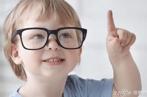 现在小孩子近视的情况也是越来越多了,不少孩子很小就开始戴眼镜了.