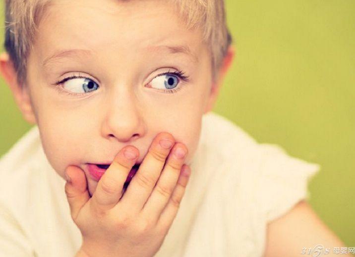 怎样面对小孩子说谎?一、惩罚要合情合理合度 要考虑孩子的感受。在该案例中,妈妈的做法在这方面显然欠妥。对孩子撒谎的无情揭露,有可能证明妈妈的精明,但也证明了孩子的无奈,证明了孩子是一个品德不好的人。当发现孩子说谎时,首先要了解情况,弄清孩子为什么要说谎,然后,该肯定的肯定,该指正的指正。即使孩子是恶意欺骗,应该惩罚,也必须考虑孩子的承受能力,尤其是抑郁质、胆汁质的孩子,更要把握好惩罚的度。 怎样面对小孩子说谎?二、让孩子学会尊重的真正意义 靠欺骗获得的自尊,不是真正的自尊,也不会长久。渴望被尊