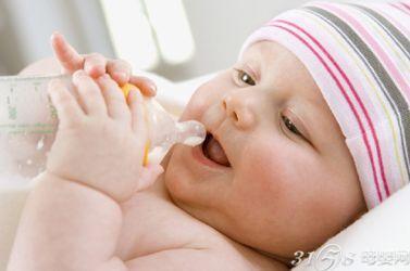 母乳按需喂养还是按时喂养