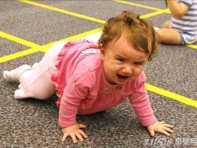 这时宝宝看到妈妈的笑脸了,通常会乐呵呵地自己站起来,然后前一脚后一