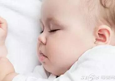 就会刺激到宝宝耳道的表层壁上面,使得宝宝的耳朵疼痛不适.