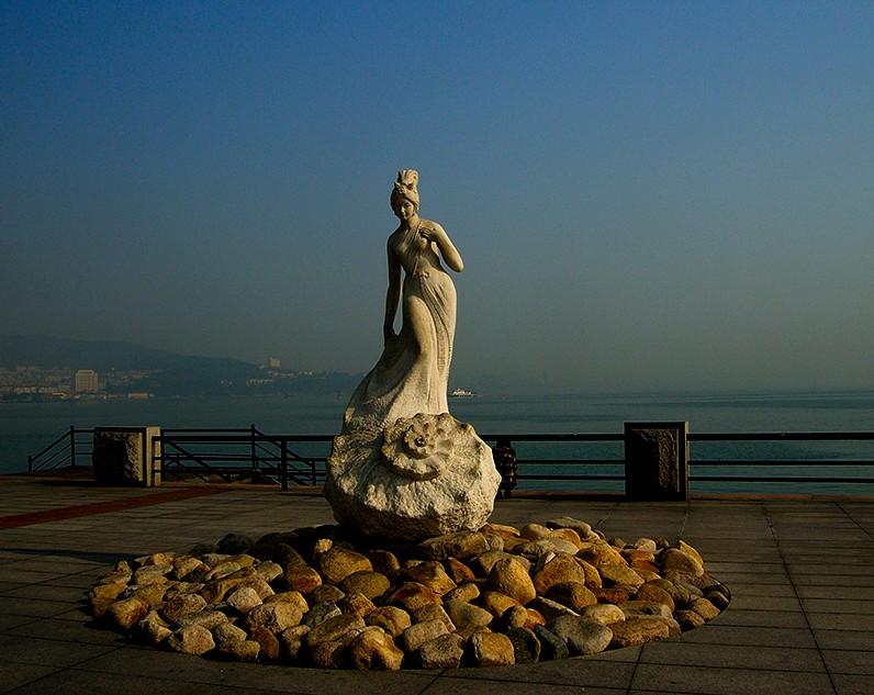 幸福门可是山东威海的标志哦,被誉为威海之门,坐落在威海的市中心。而且幸福门就在海边,下次,我一定要带上我的男朋友来到这里,和他一起并肩行走在充满爱意的幸福门之下,看看蓝蓝的大海,吹吹清凉的海风,看看日落。在幸福门的下面我瞧瞧的许一个愿望,希望早日找到我的如意郎君吧,嘻嘻。