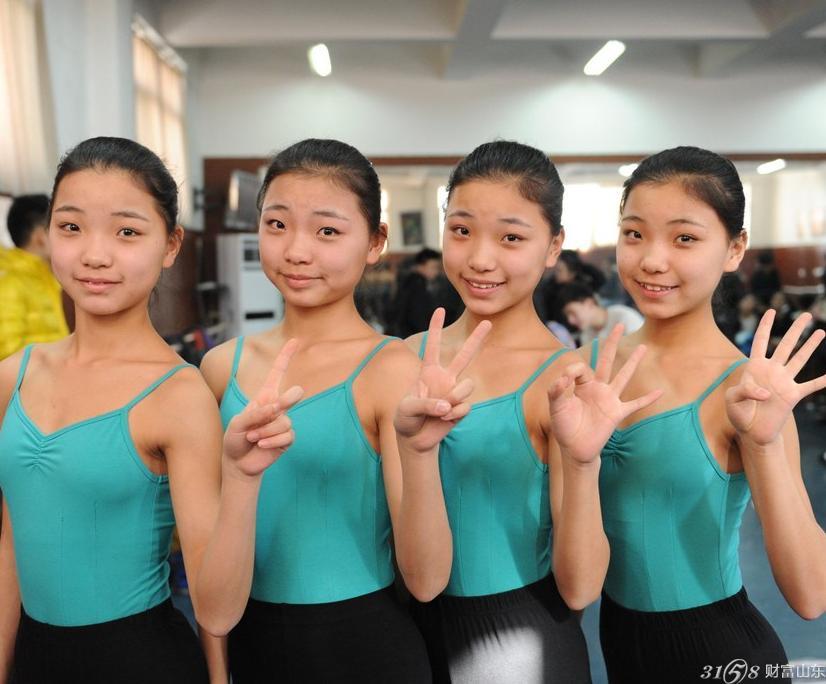 四个可爱的女孩引起了大家的注意