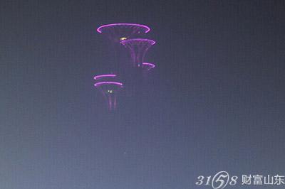 北京奥体公园钉子塔隐在空中