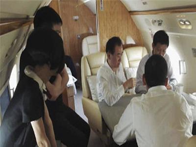 王健林在私人飞机上直播