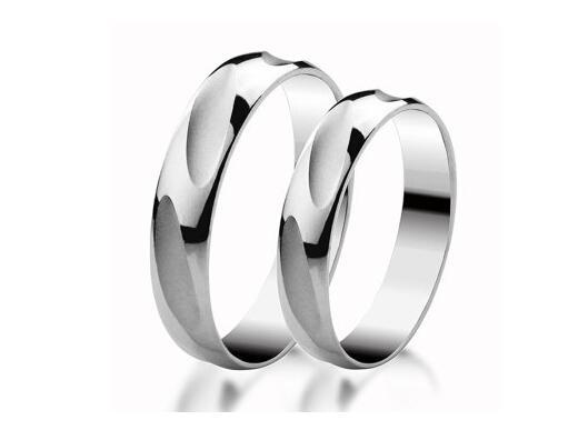 铂金,在化学上称为铂,其典雅纯朴的色泽是与生俱来的。铂金首饰的含量以千分来计算,PT1000即为纯铂金,PT950或PT900即为含铂金量为千分之 950和900。铂金每年的供应量仅为黄金的5%。成吨的矿石,经过150多道工序,耗时数月,所提炼的铂金只够制成一枚简单的戒指。 白金,又叫白色K金,K白金,是黄金与钯的合金。