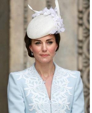 后来进入了伦敦皇家艺术学院,主修帽子设计,让他一炮而红的则是karl