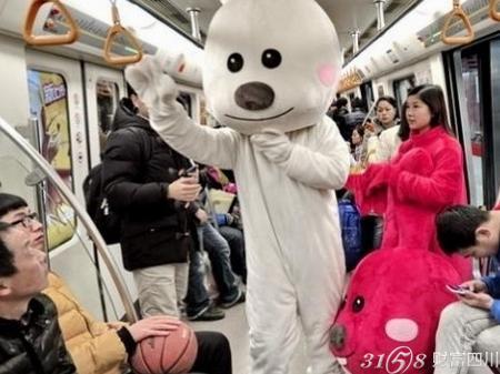 成都地铁2号线现超萌卡通小动物